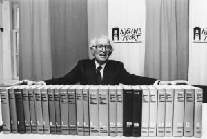 Loe de Jong tijdens zijn laatste persconferentie in 1988. Foto: Nationaal Archief/ Rob C. Croes