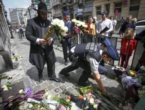 Bloemenmonument voor de slachtoffers bij het Joods Museum in Brussel
