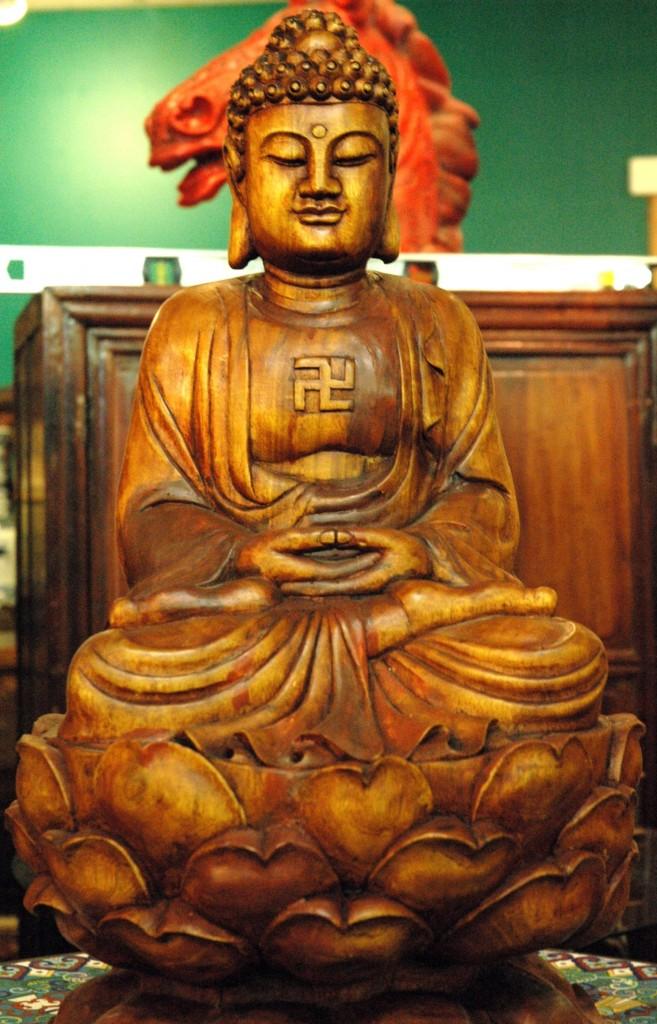 Buddha met swastika