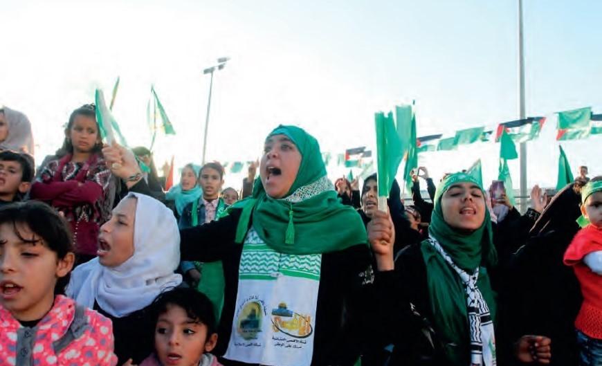 Hamas-aanhangers vieren op 11 december in Khan Yunis dat de terreurbeweging 29 jaar geleden werd gesticht. Foto Abed Rahim Khatib/FLASH90
