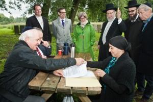 Jaap Meijers en toenmalige stadsdeelvoorzitter Fatima Elatik ondertekenen het convenant over het onderhoud van de Joodse Begraafplaats Zeeburg, juli 2013. Foto: Dirk P. H. Spits/DPHOTO