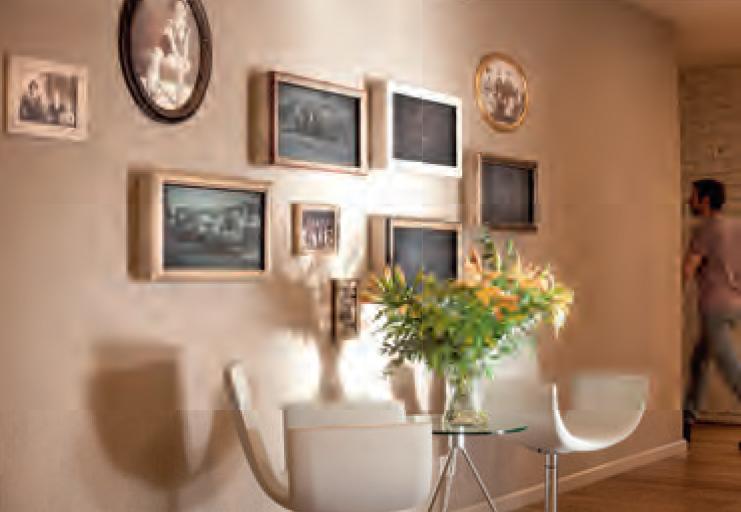 In het kantoor van MyHeritage hangen foto's die herinneren aan bijzondere familiegeschiedenissen die via het bedrijf aan het licht kwamen. Foto: MyHeritage