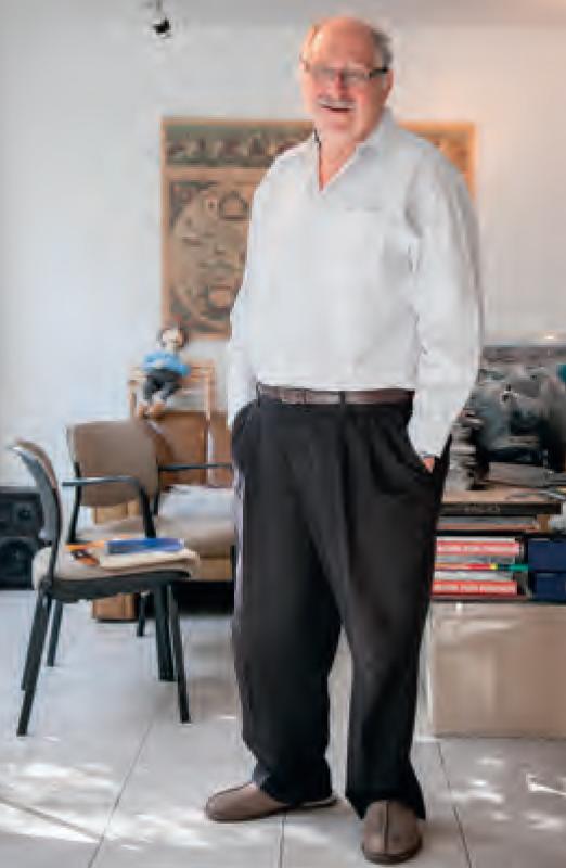 Yossi Vardi in zijn huis in Tel Aviv