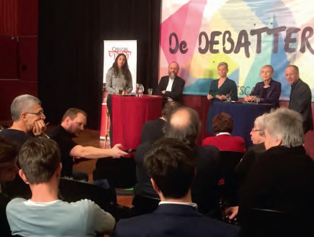 Op het podium v.l.n.r. Riki Kooyman, Wim van Dijk, Karen de Jager, Hanna Nathans, Vinco David