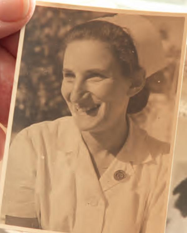 Liesje Polak als verpleegkundige in opleiding in het Hadassah-ziekenhuis, Jeruzalem, 1946