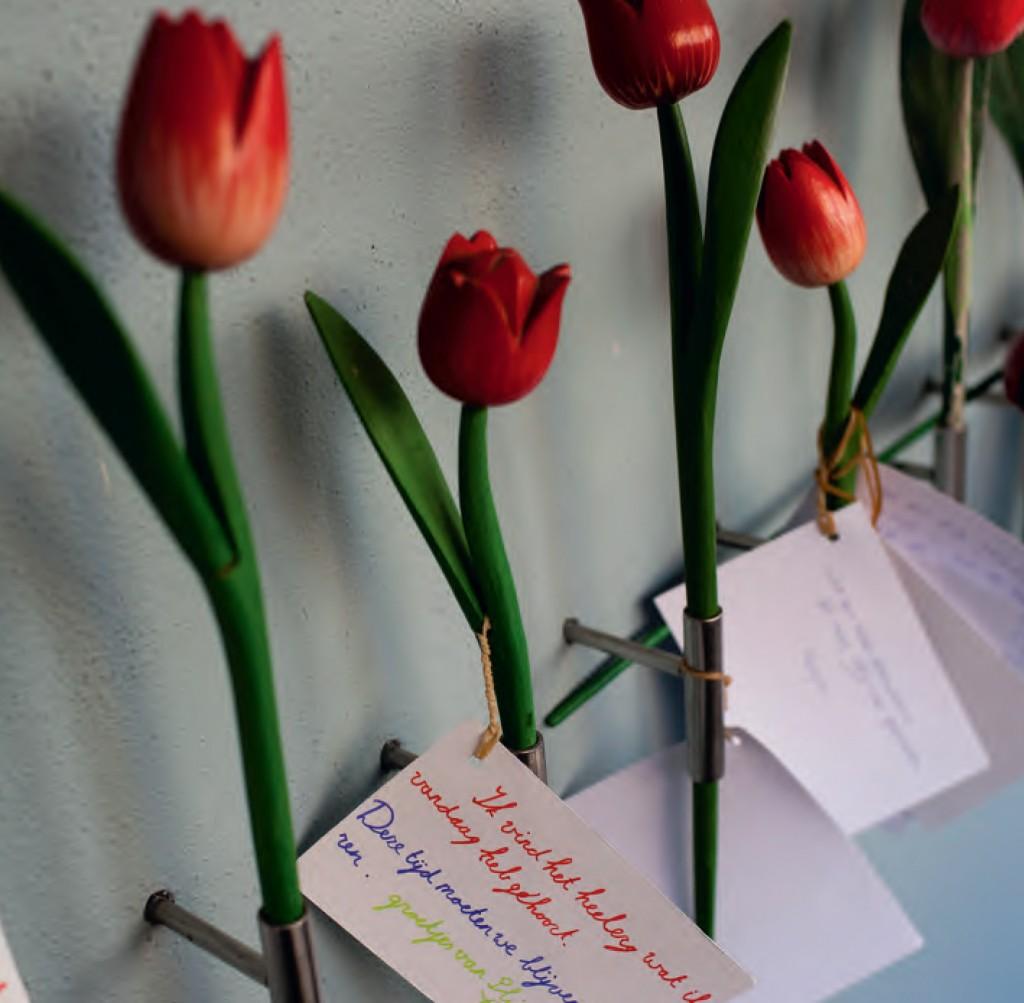 Tulpenwand in de Hollandsche Schouwburg, Jom Hasjoa-herdenking, 2013