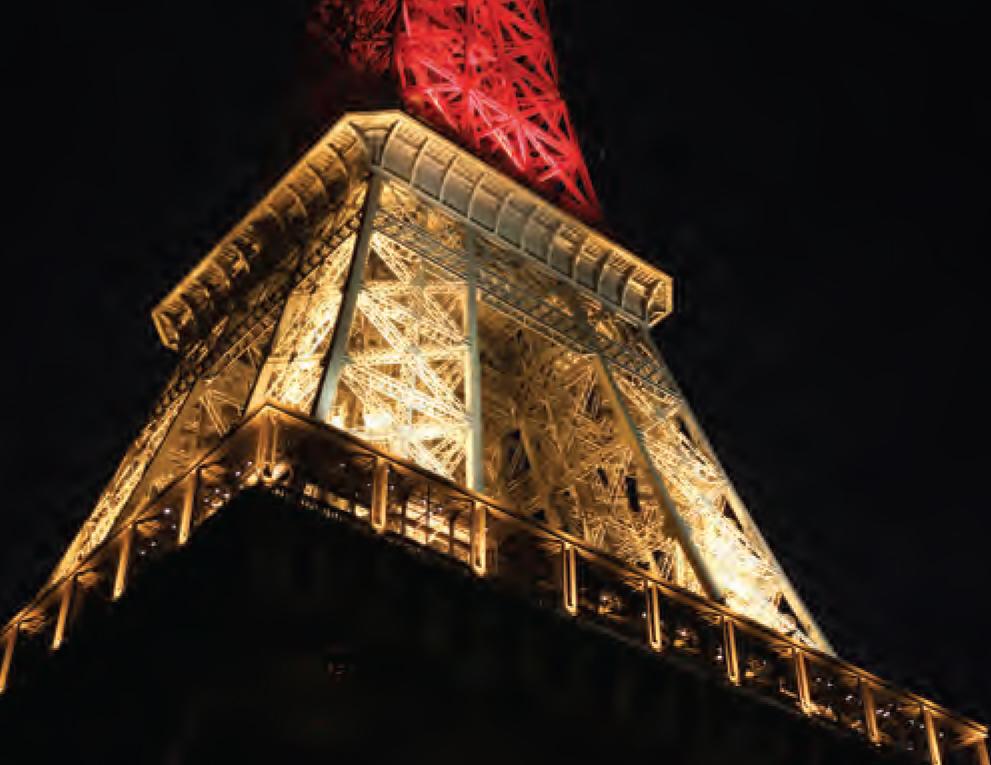 De Eiffeltoren na de aanslag in Brussel, in de kleuren van de Belgische vlag