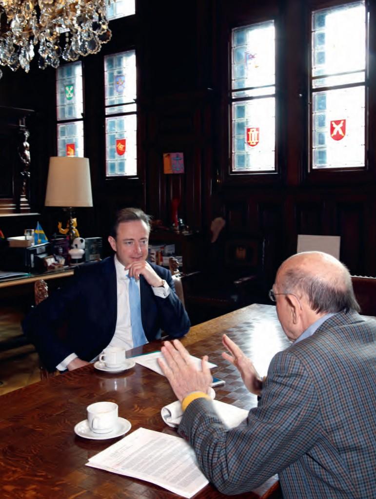Bart de Wever (l.) in gesprek met Hans Knoop. Fotografie: Donald Woodrow