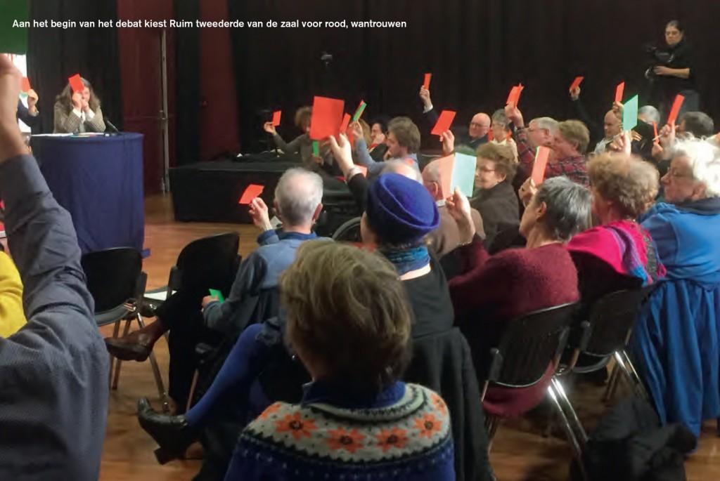 Aan het begin van het debat kiest ruim tweederde van de zaal voor rood, wantrouwen. Foto: Michel Waterman