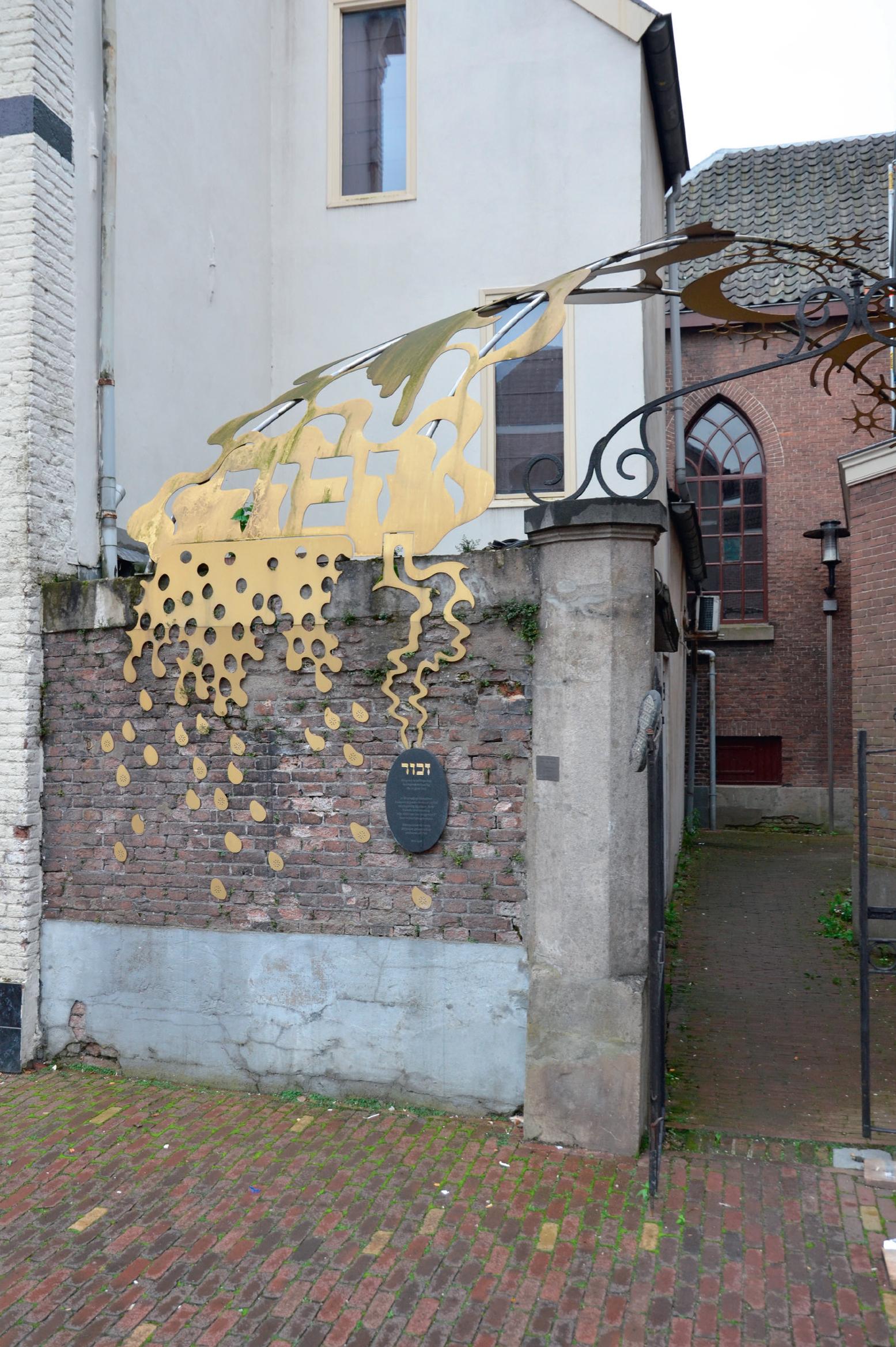 Het Joods monument bij de ingang van de sjoel in Tiel