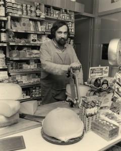 Chai Mouwes in zijn levensmiddelenwinkel aan de Gedempte Gracht, 1979