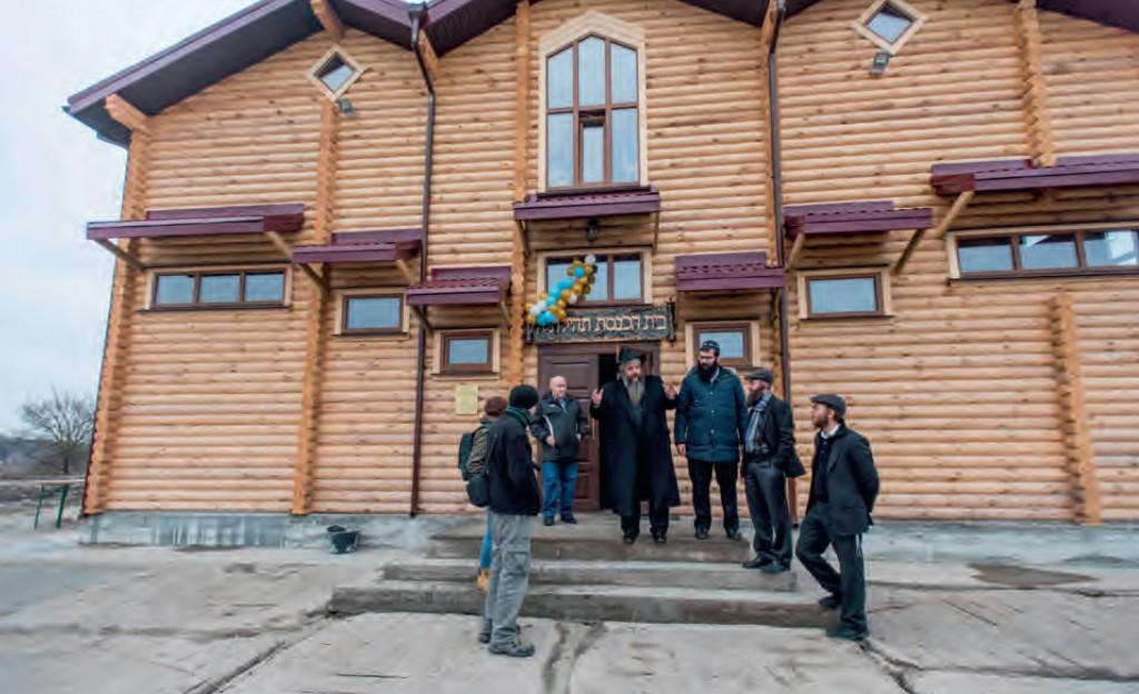 Rabbijn Moshe Azman (midden) met bewoners en bezoekers van het Joodse vluchtelingencentrum Anatevka, in de buurt van Kiev