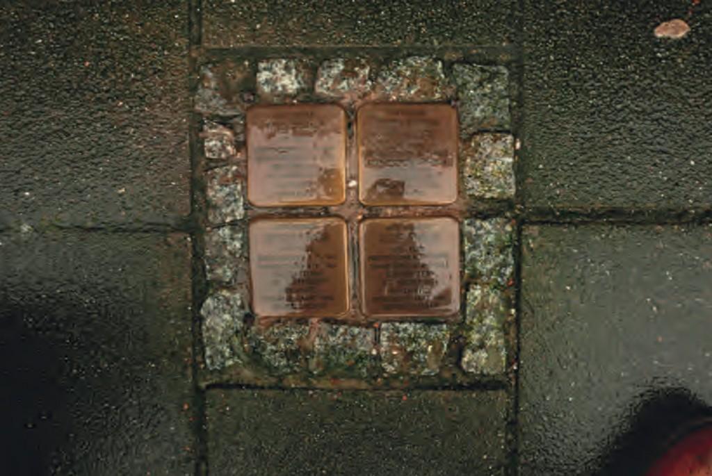 De struikelstenen voor de vier leden van de familie Frank, voor hun woning op het Merwedeplein in Amsterdam