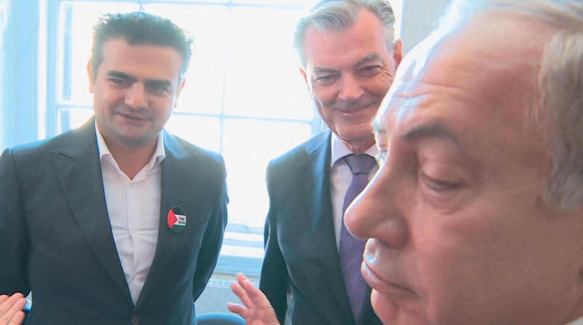 DENK-Kamerlid Tunahan Kuzu (l) weigert Benjamin Netanyahu (r) de hand te schudden