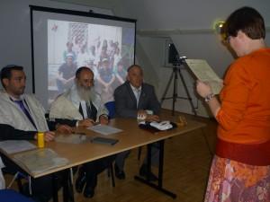 Het bet dien van Ohel Abraham met van links naar rechts: rabbijn Adin Steinsalsz, rabbijn Oeri Sjerki en Meïr Villegas Henríquez
