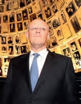 Minister van Buitenlandse Zaken Uri Rosenthal tijdens een bezoek aan Yad Vashem. Foto AAC HARARI/FLASH90