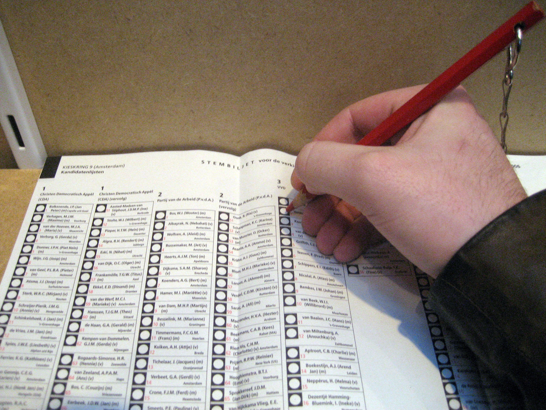 Stemmen op stembiljet met rood potlood