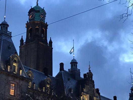 De Israëlische vlag op het Rotterdamse stadhuis. Foto: David de Leeuw