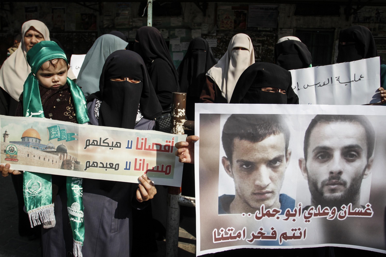 Palestijnen vieren de aanslag op een synagoge in Jeruzalem in november 2014 die werd opgeëist door de PFLP. Op de posters de aanslagplegers. Foto Abed Rahim Khatib / Flash90