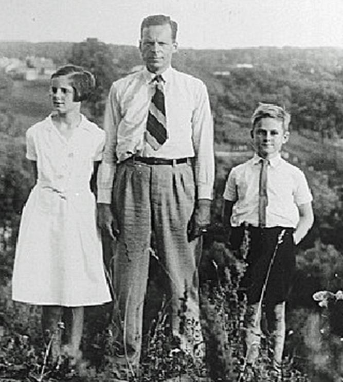 Zwartendijk in Kaunas met zijn twee oudste kinderen