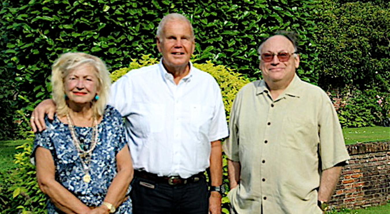 Mark Fishaut (r) met Rob Zwartendijk en zijn vrouw Marijke in Blaricum
